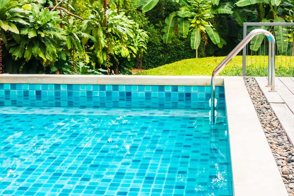 agua cristalina en la piscina