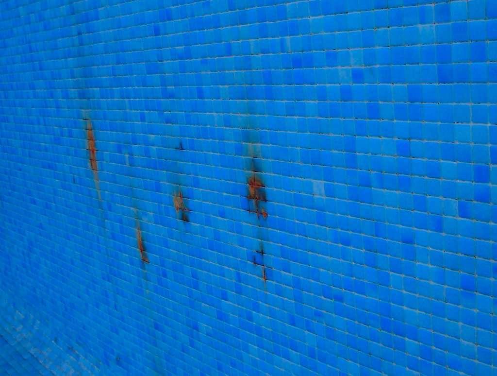eliminar las manchas de la piscina, manchas de metal