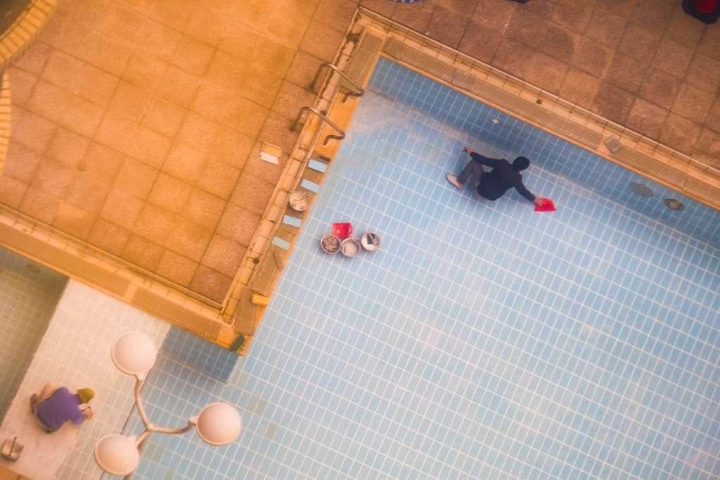 limpiando piscina para el verano